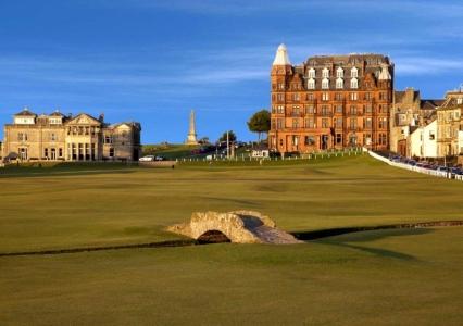 Golfgrün mit Brücke und Club Haus auf dem Old Course Golfplatz in St Andrews, Schottland