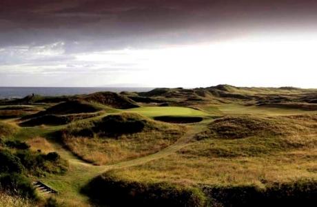 Fairways mit Meeresblick in der Sonne auf dem Royal Troon Golfkurs in der Nähe von Glasgow, Schottland