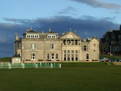 lub Haus mit Golfgrün auf dem Old Course Golfkurs in St.Andrews, Scchottland