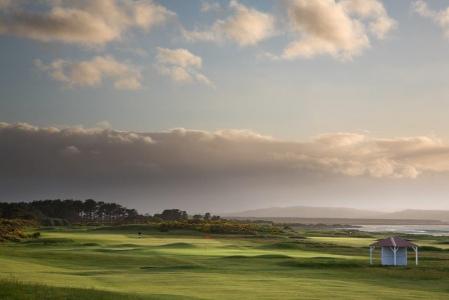 Fairway mit Meeresausblick auf dem Nairn Golfkurs in Inverness, Highlands, Schottland