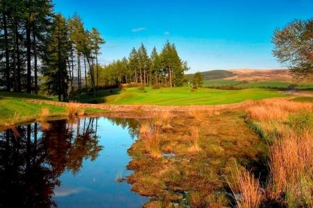 Golfgrün mit Teich auf dem Gleneagles PGA Centenary Golfkurs in der Nähe von St.Andrews, Schottland