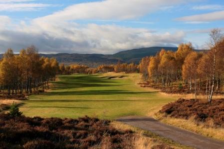 Fairway mit Bäumen und Blick auf die Berge auf dem Spey Valley Golfkurs in den Highlands, Schottland