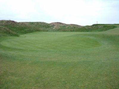 Golfgrüns mit Markierungsfahne auf dem Western Gailes Golfkurs in der Nähe von Glasgow, Schottland
