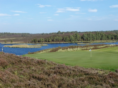 Golfgrün mit Teich auf dem Spey Valley Golfkurs in den Highlands, Schottland