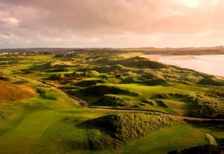 Fairway mit Strand und Meeresblick auf dem Royal Aberdeen Golfkurs in Aberdeen, Schottland