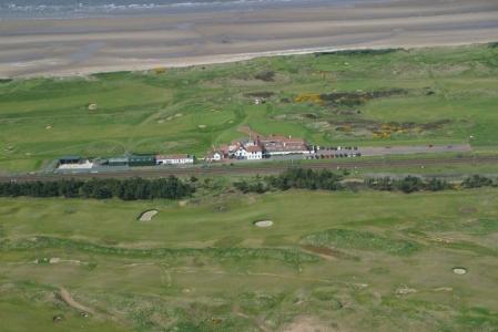 Western Gailes Golfkurs mit Club Haus und Meeresausblick in der Nähe von Glasgow, Schottland