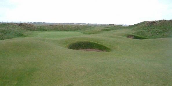 Golfgrüns mit Bunker auf dem Western Gailes Golfkurs in der Nähe von Glasgow, Schottland