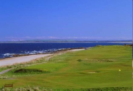 Golfgrün mt Strand und Meeresblick auf dem Royal Dornoch Golfkurs in der Nähe von Inverness, Highlands, Schottland