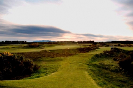 Fairway mit Sonnenuntergang auf dem Glasgow Gailes Golfkurs in Schottland