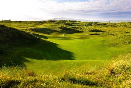 Fairway mit Markierungsfahne auf dem Machrihanish Dunes Golfkurs in Campbeltown, Schottland