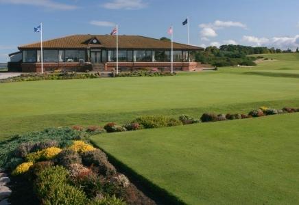 Golfgrün mit Club Haus auf dem Nairn Golfkurs in Inverness, Highlands, Schottland