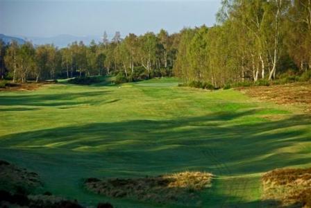 Golfgrün und Blick auf die Berge auf dem Boat of Garten Golfkurs in den Highlands, Schottland