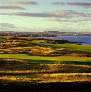 Fairway mit Dünen, Blick auf die Stadt und Meeresblick auf dem Torrance Golfkurs, Fairmont in St.Andrews, Schottland