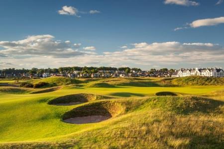 Golfgrün mit Bunker und Ausblick auf das Club Haus auf dem Carnoustie Golfplatz in der Nähe von St Andrews, Schottland