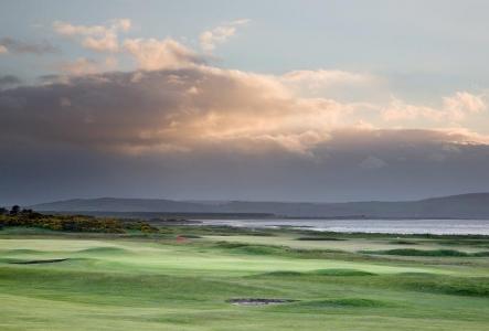 Golfgrün mit Bunker und Meeresausblick auf dem Nairn Golfkurs in Inverness, Highlands, Schottland