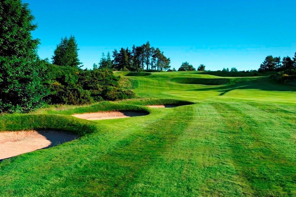 Golfgrüns mit Bunker auf dem Gleneagles King´s Golfkurs in der Nähe von St .Andrews, Schottland