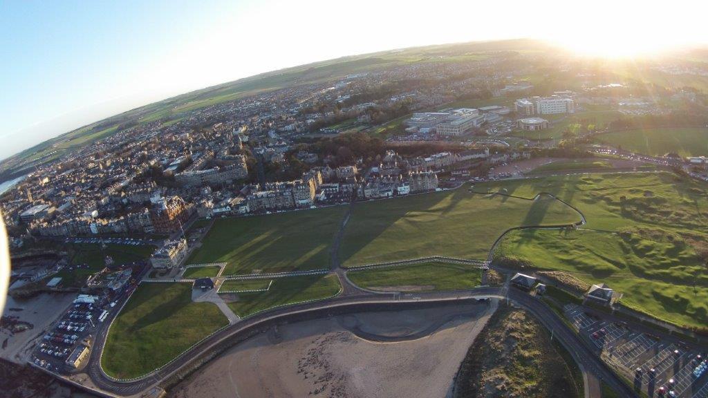 Der Old Course Golfplatz aus der Luftansicht in St Andrews, Schottland